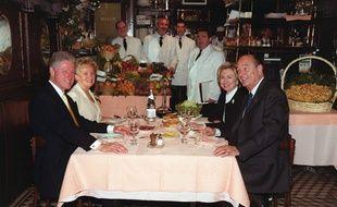 Jacques Chirac à table chez l'Ami Louis dans le 3e arrondissement