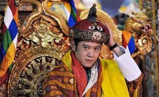 Le petit royaume bouddhiste himalayen du Bhoutan a couronné jeudi un souverain de 28 ans diplômé d'Oxford, qui monte sur le trône d'une jeune monarchie parlementaire soucieuse de se développer tout en préservant ses traditions.