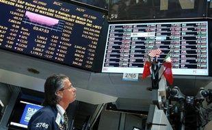 La Bourse de New York poursuivait mardi son rebond entamé la veille, dans un contexte de regain d'optimisme à la suite de bons chiffres sur le marché de l'immobilier américain: le Dow Jones gagnait 0,48% et le Nasdaq 0,66%.