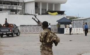 Des soldats somaliens devant le Parlement à Mogadiscio, en mai 2014 lors d'une attaque des islamistes shebab