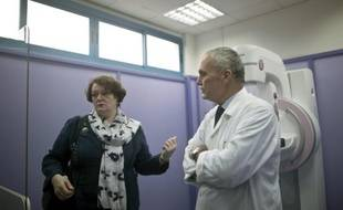 Philippa Whitford (g), députée britannique visite l'hôpital al-Ahli avec son directeur, le docteur Maher Ayyad, à Gaza, le 5 avril 2016