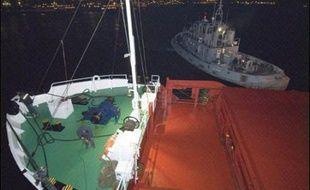 """Le commandant du cargo qui a provoqué le naufrage d'un bateau de pêche français au large de la Bretagne a démenti le délit de fuite et plaidé l'accident, tandis que la CGT a demandé dimanche au gouvernement de tout faire pour que l'équipage """"criminel"""" soit jugé en France."""