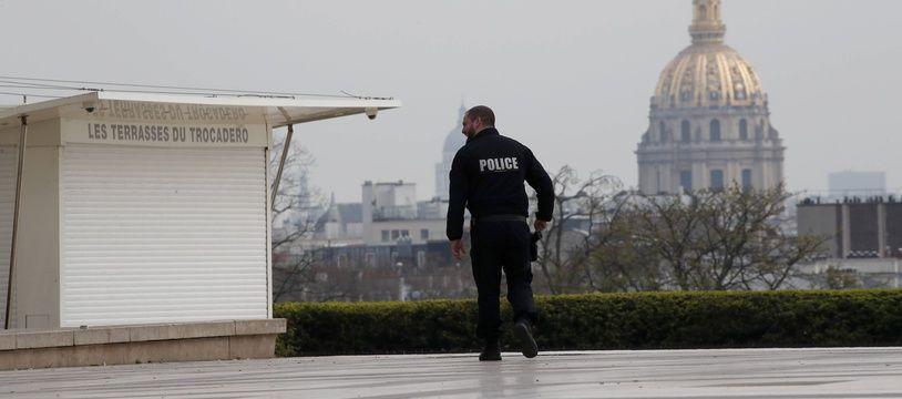 Un policier patrouille au Trocadéro (image d'illustration)
