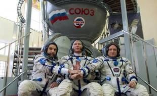 De g à d: les cosmonautes russes Mikhaïl Kornienko et Gennady Padalka et l'astronaute américain Scott Kelly durant une session d'entraînement à la cité des Etoiles près de Moscou, le 5 mars 2015