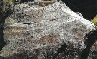 De mystérieuses inscriptions datant du XVIIIe siècle ont été retrouvées sur une roche dans l'anse du Caro.
