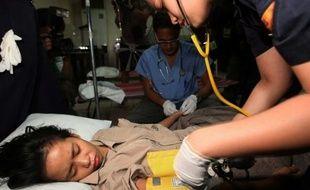 Les survivants du naufrage entre deux bateaux aux Philippines reçoivent les premiers soins, le 24 décembre 2009.