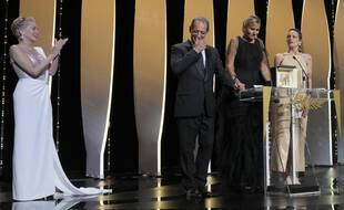 Julia Ducournau, entourée de Vincent Lindon et Agathe Rousselle, reçoit la Palme d'or des mains de Sharon Stone