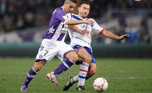 Le Toulousain Wissam ben Yedder face au Lyonnais Steed Malbranque, le 25 novembre 2012, à Toulouse.