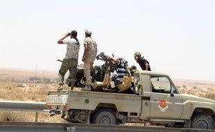 Des membres des forces loyales au gouvernement d'union nationale (GNA) libyen à l'entrée de Syrte, le 10 juin 2016.