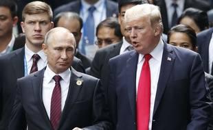 Les présidents russe et américain Vladimir Poutine et Donald Trump, au sommet de l'APEC, le 11 novembre 2017 à Danang.