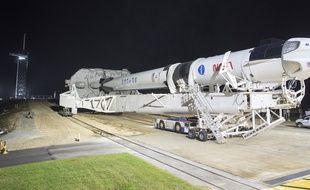 Une fusée SpaceX Falcon 9 et une capsule Crew Dragon, au Kennedy Space Center de la NASA en Floride le 9 novembre 2020.