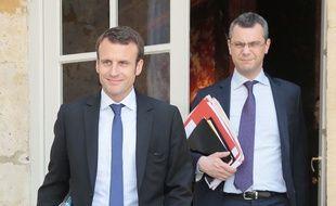 Emmanuel Macron, alors ministre de l'Economie, aux côtés de son directeur de cabinet de l'époque,  le 15 juin 2015 à la sortie d'un conseil de ministres.