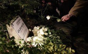 Une personne dépose une rose sur la plaque commémorative pour Ilan Halimi, à Bagneux, le 7 novembre 2017.