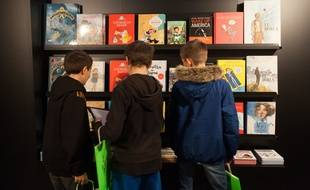 De jeunes lecteurs absorbés par des bandes dessinées