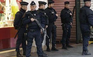 Des policiers sur les lieux où ont été agressés, à Nice, les trois militaires, le 3 février 2015