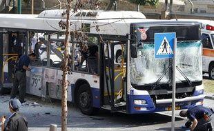 A Tel Aviv, un bus touché par une explosion qualifiée d'«attaque terroriste» par Israël, le 21 novembre 2012.