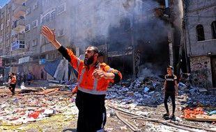 Un pompier palestinien coordonne l'action des secours après une frappe israélienne sur Rafah , dans le sud de la bande de Gaza, le 15 mai 2021.
