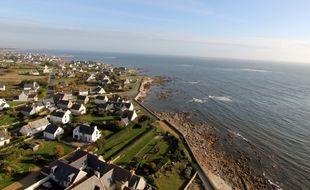 Vue de résidences secondaires sur le littoral à Penmarc'h en Bretagne, depuis le haut du phare d'Eckmuhl.