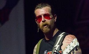 Jesse Hughes en concert avec les Eagles of Death Metal à Lisbonne, au Portugal.