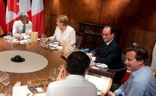 De gauche à droite, Barack Obama, Angela Merkel, François Hollande, David Cameron et Matteo Renzi, lors d'un dîner de travail au sommet du G7 à Garmisch-Partenkirchen le 7 juin 2015