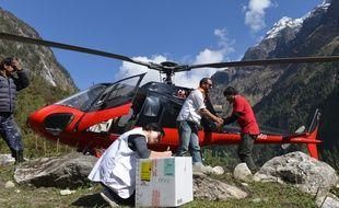 Des membres de l'équipe de Médecins Sans Frontières dans le district de Gorkha, à 100 km de Katmandou, le 11 mai 2015.