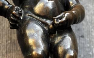 Ici, du haut de sa fontaine bruxelloise, le Manneke Pis semble avoir du mal à uriner, ce qui est l'un des symptômes liés aux pathologies de la prostate.