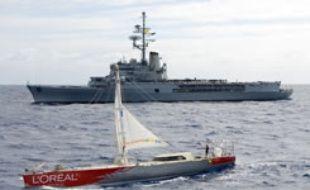 Le porte-helicoptères Jeanne-d'Arc est passé saluer Maud Fontenoy et son gréement de fortune, en route vers la Réunion, le 5 mars 2007.