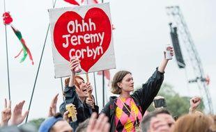 Le 24 juin dernier lors du festival de musique GlastonBury, de nombreux jeunes ont ovationné le leader travailliste Jeremy Corbyn.