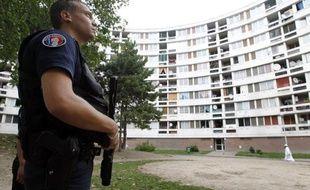 Près de 2.700 policiers ont été blessés en service dans l'ensemble de l'agglomération parisienne (Paris et les départements de la petite couronne) sur les 9 premiers mois de l'année 2011, soit une moyenne de près de 300 par mois, a annoncé la préfecture de police de Paris (PP) dans sa lettre hebdomadaire PPrama.