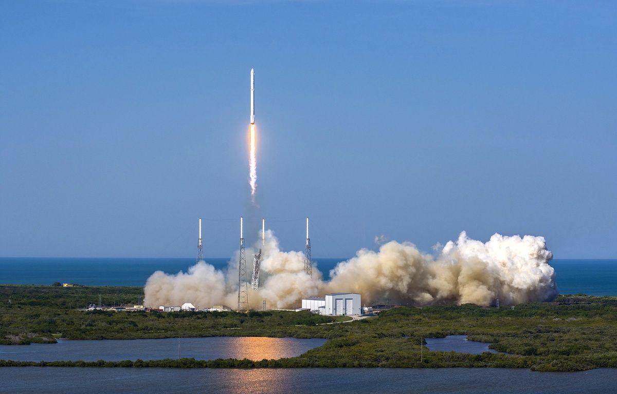 La fusée Falcon 9 de SpaceX a réussi son décollage et son atterrissage sur une barge en mer, le 8 avril 2016. – SPACEX