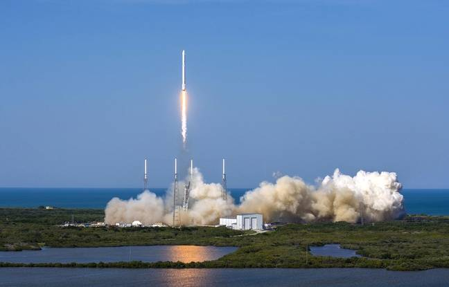 La fusée Falcon 9 de SpaceX a réussi son décollage et son atterrissage sur une barge en mer, le 8 avril 2016.
