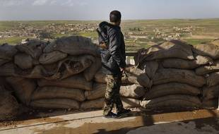 Un combattant de la coalition anti-Daech soutenue par les Etats-Unis surveille les positions turques au nord de Manbij.