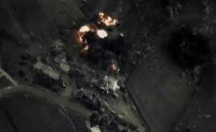 Image tirée d'une vidéo diffusée par le ministère russe de al Défense et montrant une frappe de l'aviation russe en Syrie
