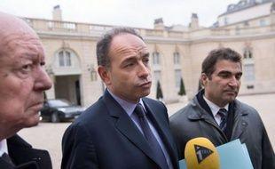 """Le président contesté de l'UMP Jean-François Copé a assuré mardi sur RTL qu'il était impossible """"statutairement"""" d'organiser de nouvelles élections pour la présidence du parti, comme l'a demandé peu avant son adversaire François Fillon."""