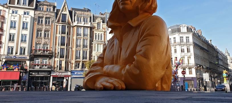 Lille, le 15 septembre 2019. Intitule Romy, un buste geant de l'artiste lyonnais Xavier Veilhan a ete installe sur le parvis renove de la gare Lille Flandres.