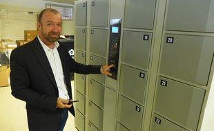Eric Salerio teste l'ouverture digitale des box sécurisés Arrobox destinés aux écoles.