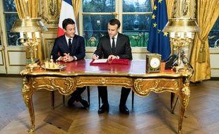 Emmanuel Macron lors de la signature de trois textes de loi en décembre 2017 à l'Elysée.