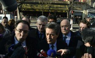 Georges Fenech (c), président de la commission d'enquête parlementaire sur les attentats du 13 novembre, devant le Bataclan à Paris le 17 mars 2016