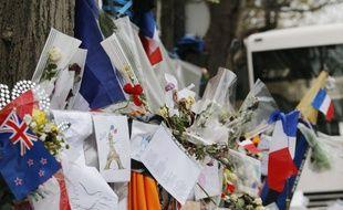 Bouquets, bougies, dessins, peluches et messages en hommage aux victimes du 13 novembre ont été déposés devant le Bataclan