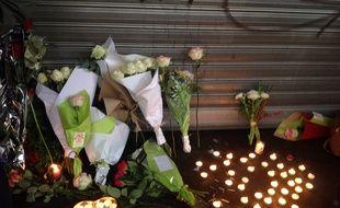 Des fleurs et des bougies devant le restaurant La belle équipe, rue de Charonne, qui a été la cible d'une attaque terroriste.