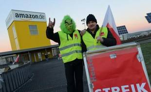 Employees of internet retail giant Amazon stage a strike in front of the company's logistics center in Bad Hersfeld, central Germany, on December 16, 2013, during the busy Christmas holiday period. Amazon employees again went on strike over pay. Germany's service-sector union Verdi has been trying for months to get Amazon to bring the pay of its 9,000 workers in Germany in line with wages in the distribution sector. AFP PHOTO / DPA / UWE ZUCCHI / GERMANY OUT