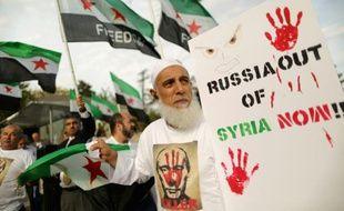 Une centaine de personnes manifestent devant l'ambassade russe à Washington le 9 octobre 2015 contre l'ingérence de la Russie en Syrie