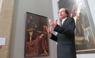 Axel Hemery, le directeur du musée des Augustins, devant Le Portement de Croix de Nicolas Tournier.