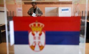 Une femme serbe vote le 16 mars 2014 à Gracanica