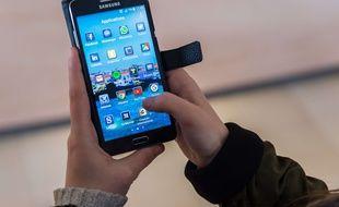 Une femme utilisant un smartphone, le 20 avril 2016.