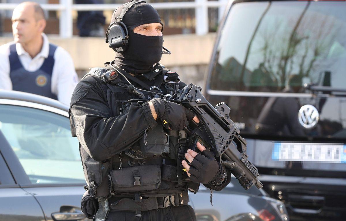 Un policier du RAID devant le lycée Tocqueville de Grasse, le 16 mars 2017. – AFP