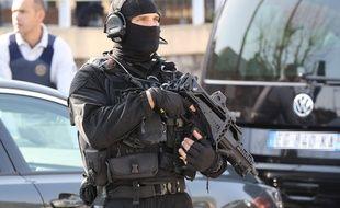 Un policier du RAID devant le lycée Tocqueville de Grasse, le 16 mars 2017.