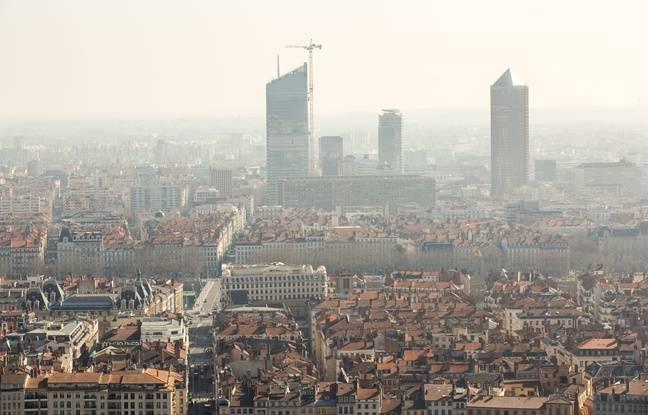 Jeudi 12 mars 2015. Vue de Lyon durant un épisode de pollution au particules fines.