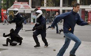 La police chasse les manifestants réunis pour rendre hommage à Alexandros Grigoropoulos, mort un an plus tôt, dans le centre d'Athènes, en Grèce, le 6 décembre 2009
