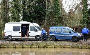 Les policers enquêtent près du canal de la lys, à Aire-sur-la-Lys.
